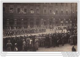 57)  METZ  - CARTE PHOTO L. KEIDEL & SOHN - PLACE DES CHAMBRES - NOVEMBRE 1918 - DÉFILÉ MILITAIRE - Metz