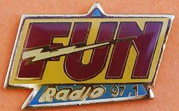 FF  52..........MEDIAS / RADIO / RADIOS FM/ MUSIQUE........FUN......RADIO....97.1 - Pin's