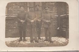 CARTE PHOTO ALLEMANDE - GUERRE 14-18 - WARSCHAU - VARSOVIE (POLOGNE) - QUATRE SOLDATS ALLEMANDS AVEC SABRE - Weltkrieg 1914-18