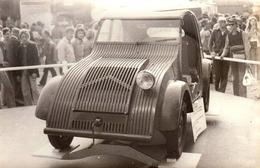 Photo Originale Circuit De Rouen-les-Essarts En 1973, Citroën 2 CV : Le Prototype 1939 Exposé - Automobiles