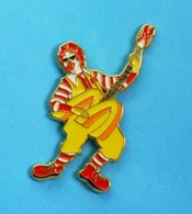1 PIN'S //  ** McDONALD'S / RONALD LE CLOWN à LA GUITARE ** . (Tirage 200 / McDo Limited Edition Of 200 Made In U.S.A.) - McDonald's