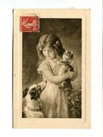 Jeune Fille Tenant Un Chat Dans Ses Bras Devant Son Chien - Katzen