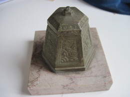 Ancien Encrier En Métal Genre Bronze (peut Etre) Sur Socle Marbre   T.B.E.  Objet De Vitrine - Inkwells