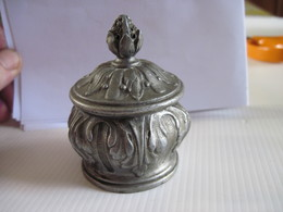 Ancien Encrier En Métal Travaillé Facon Bronze Argenté Gobelet Percé En Laiton T.B.E.  Objet De Vitrine - Inkwells