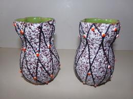 Paire De Vase Annee 1970 Blanc Orange Et Rayures Noires 15 X 8 Cm 770 Gr Egrenures - Ceramics & Pottery