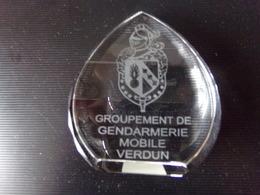 Groupement De Gendarmerie Mobile Verdun Grave Sur Un Support En Cristal 8 X 7,5 X 2,5 Cm260 Gr - Police