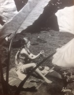 PHOTO Collection  A.SYLVAIN 40928- VAHINE A LA SOURCE Tahiti 1950- Polynésie -GRAND FORMAT 50 X 40 Cms - Repro's
