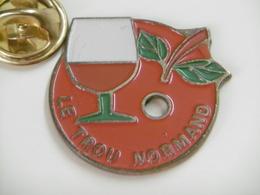 Pin's -  Le TROU NORMAND - Folklore Tradition Normande - Fruit POMME De Normandie - Autres