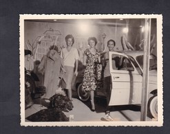 Photo Originale Vintage Snapshot  Reims Magasins Modernes Vitrine Mode Femme Voiture Renault Dauphine Mannequin - Luoghi