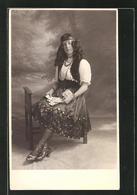 Foto-AK Portrait Einer Kartenlegerin Im Kleid - Cartoline