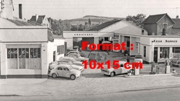 Reproduction D'une Photographie  Ancienne D'une Station Service ESSO Et Garage - Reproductions