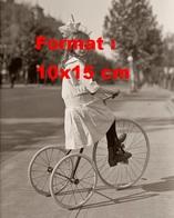 Reproduction D'une Photographie Ancienne D'une Jeune Fille Sur Un Tricycle En 1915 - Reproductions