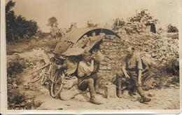 Rare Photo D'agence Première Guerre Mondiale Armée Britannique Entrèe D'un Abri Un Bon Coup D'eau - Guerre, Militaire