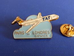 Pin's TAT Paris Londres Gatwick - F100 Fokker 100 - Avion Compagnie Aérienne (D17) - Airplanes