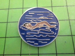 1018B Pin's Pins / Rare Et De Belle Qualité / THEME SPORTS : NATATION EAU NAGEUR Bref Chiant ! - Swimming