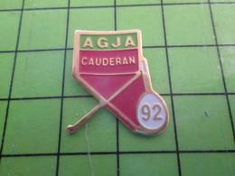 1018B Pin's Pins / Rare Et De Belle Qualité / THEME SPORTS : TENNIS RAQUETTE CHAISE AGJA CAUDERAN 92 - Tennis