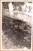Carte Photo Originale Etrange Photo à Identifier - Fer Brûlé, Briques, Lingots, Ruines De Bombardements ??? Incendie - Objects