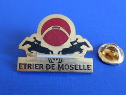 Pin's Sport Hippique Hippisme - Etrier De Moselle - Saut Jumping - Cheval (PF10) - Badges