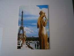 75 - PARIS * LA TOUR EIFFEL DERRIERE LES STATUES EN BRONZE DORE - TERRASSE ANIMEE * - Paare