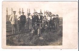 """CARTE -PHOTO WW1 Groupe De """"Brassards Rouges""""(?)  Gardé Militairement Travaux De Voirie De Chemin De Fer - Guerre 1914-18"""