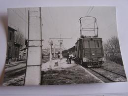 SUR LA LIGNE NIMES ARLES TRAIN EN GARE DE BELLEGARDE    1948 PHOTO VERITABLE  J.CHAPUIS - Stations With Trains