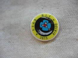 """Pin's En Porcelaine 3615 Code FFAB (Fédération Française D'Aïkido Et De Budo)  Au Dojo Du Gymnase """"Rif De Blanc"""" - Judo"""