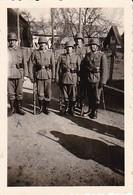 Foto Deutsche Soldaten - Nach Der Parade Zum Heldengedenktag 1941 In Alzbach - 2. WK - 8*5,5cm  (36549) - Krieg, Militär