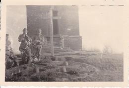 Foto Deutsche Soldaten Vor Kriegerdenkmal Mit Helmen - 2. WK - 8*5,5cm  (36550) - Krieg, Militär