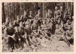 Foto Gruppe Deutsche Soldaten Bei Der Rast - 2. WK - 8*5,5cm  (36551) - Krieg, Militär