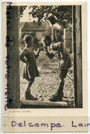 - Enfants  - La Première Cigarettes - Artistique, Janvier 1939, épaisse, BE, Peu Courante, Coins Ok, Scans. - Cartes Humoristiques