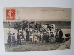 CPA LA NOUVELLE 1913 TRÈS ANIMÉE LA PASSERELLE DES CABINES - Port La Nouvelle