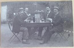 CARTE  PHOTO  4  JOUEURS  DE   CARTES   ET  VIN  ROUGE - Cartes à Jouer