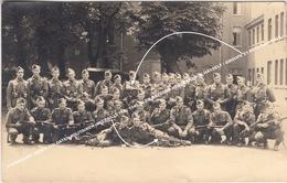 FOTOKAART GROEP SOLDATEN MILITAIREN (MITRAILLETTE) 1945 IN DE KAZERNE HERCKENRODE HASSELT / GROUPE 51 B012 Keur P012 - Hasselt