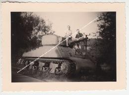 PHOTO ORIGINALE HERMETON SUR MEUSE 1949 CHAR TANK OFFERT PAR EISENHOWER (en Souvenir Du 1er Point GUERRE1939 1945) - Hasselt