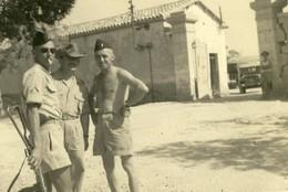 Biskra ( Algérie ) , 1956 .  Le Fort Saint - Germain ,  3 Militaires En Short  . BELLE PHOTO , BEAU FORMAT . - Guerra, Militares