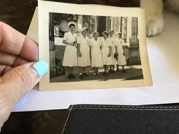 Photo Noir Et Blanc Femme Habillée En Infirmière Avec Une Médaille Sur La Poitrine Six Femmes - Personnes Anonymes