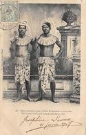 Océanie.  Nouvelle Calédonie .  Deux Canaques  Ayant Colliers De Jeunesse Et Casse Tête  (voir Scan) - Nouvelle-Calédonie