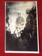 Foto AK WW1 Soldat Mit Mütze Uniform  Im Schutzwall Ca. 1916 - Uniformen