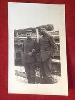 Foto AK WW1 Soldaten Mit Mütze Uniform Mit Pfeifen Im Schutzwall Ca. 1916 - Uniformen