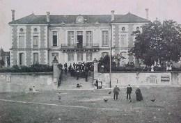 RARE Cpa 16 SAINT AMANT DE BOIXE , Animée , MAIRIE Et ECOLE , 1915 , élèves , CHARENTE ,   éditeur J.S.D - France