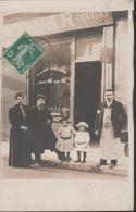 18/9/429  -  GÉNÉALOGIE  -  GROUPE  DE  PERSONNES  DEVANT  MAGASIN  -  PHOTO  ( TAPON POSTE  ALÉSIA - Généalogie