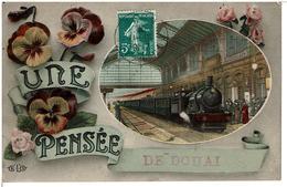 DOUAI  -  UNE PENSEE DE DOUAI - Carte Fantaisie - Train Arrivant En Gare ( Carte Pas Courante ) - Douai