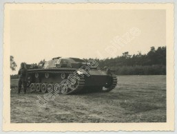WWII . WW2 . Guerre De 1939-45 . Soldat Allemand Près D'un Char . - Guerra, Militari