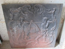PLAQUE DE CHEMINE EN FONTE . SCENE DE CHASSE  . Remise En Main Propre En Alsace Objet Lourd - Autres Collections