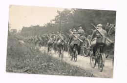 Peloton De Cyclistes Doublant Une Colonne D'artillerie. - Manöver
