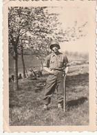 Rare Photo D'un Soldat Tenue Américaine Avec Son Fusil Et Casque Surement En Allemagne 1945 - 1939-45