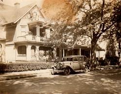 Photo Originale Pierce-Arrow Limousine 1929 Garée Devant La Villa De Bois Et Propriétaires Sur Le Balcon à Son Sommet - Automobiles