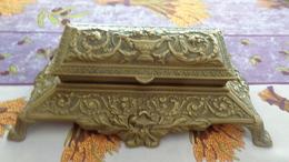 Superbe Boite à Timbres En Laiton. L 22cm, Largeur 13cm , H 7cm, Poids 897Gr - Stamp Boxes