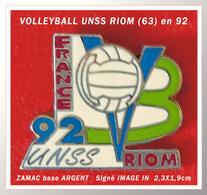 "SUPER PIN'S VOLLEYBALL : CHAMPIONNATS De FRANCE ""UNSS"" En 1992 à RIOM (63), Zamac Base Argent, IMAGE IN  2,3X1,9cm - Volleyball"