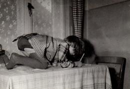 Amusante Photo Originale Sous Les Jupes Des Filles & L'apprentissage De L'écriture Sur La Table Les Fesses En L'air 1943 - Anonymous Persons